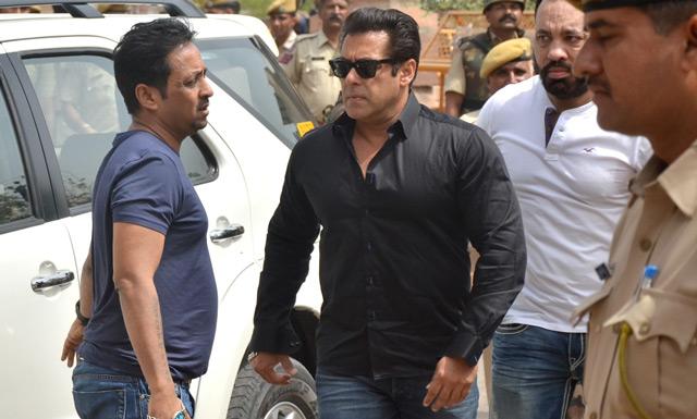 Salman Khan Jail Getting Out From Car